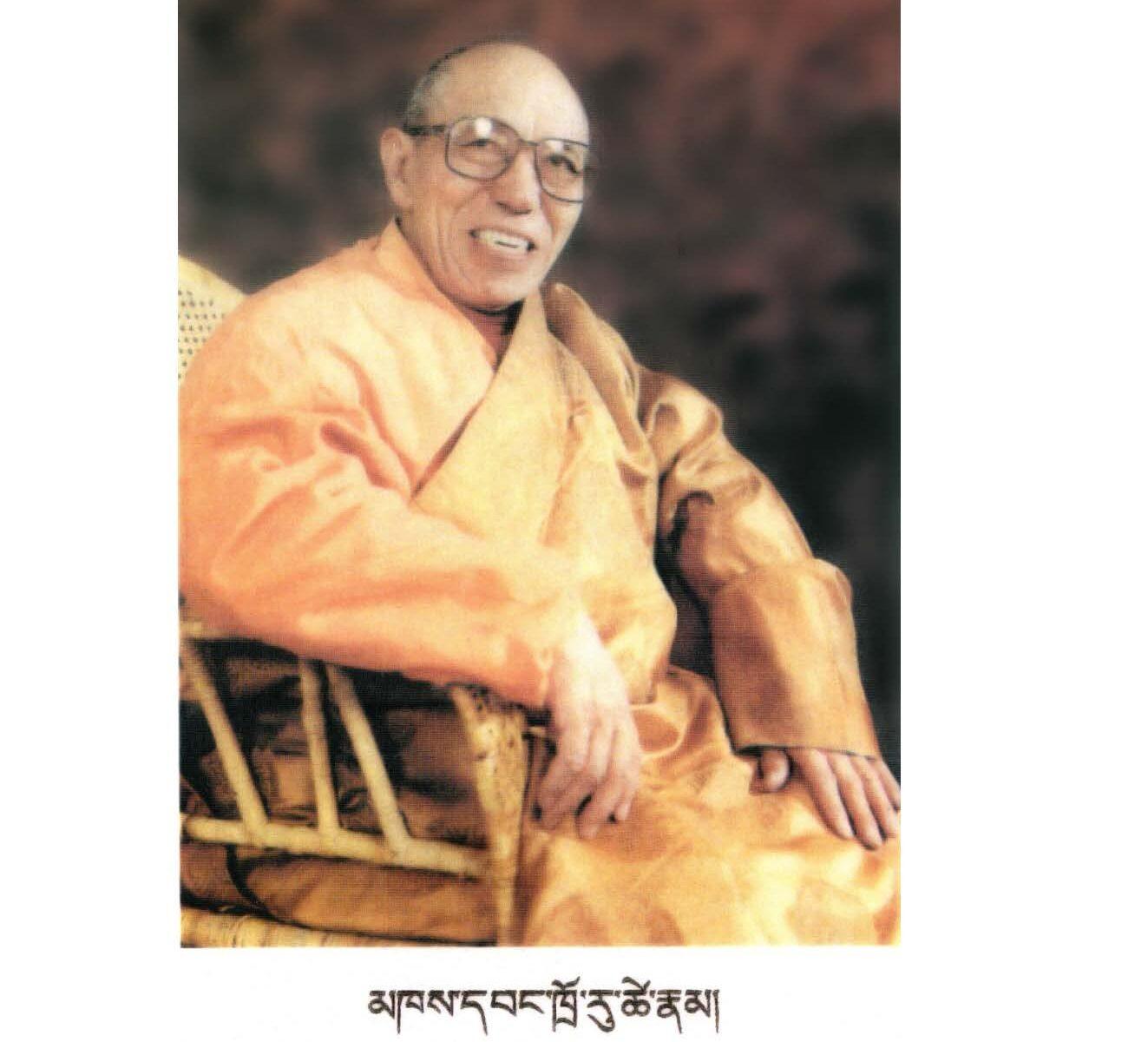 En photo, Prof. Troru Tsenam, considéré comme le plus grand médecin tibétain de ce siècle, détenteur des lignées du Yuthok Nyingthig et des Quatre Tantra Médicaux.